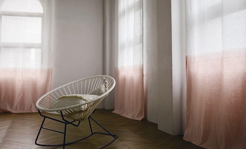 カーテンがやわらかな雰囲気の部屋の写真