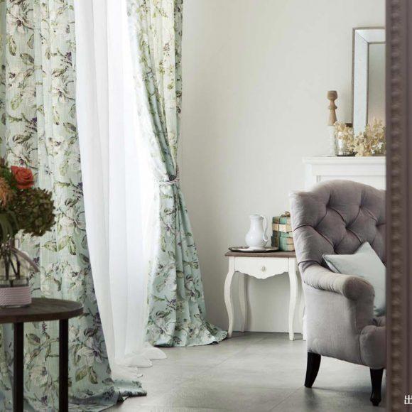 おしゃれなカーテンの部屋の写真